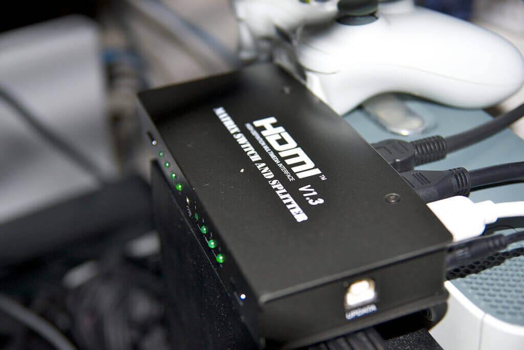 Ein HDMI Hub mit HDMI Kabeln